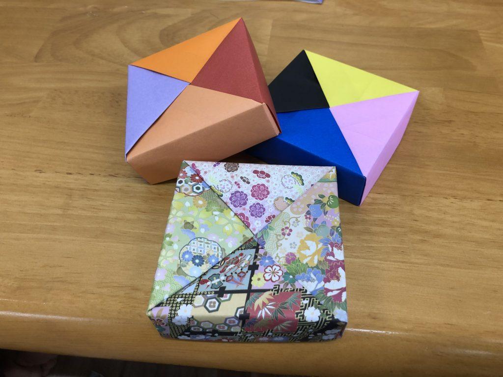 室内レク 折り紙で箱を作りました。  写真はこどもが作ったものです!!